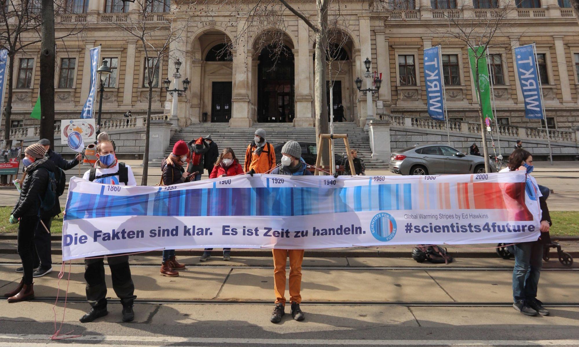S4F mit großem Banner vor der Hauptuni Wien