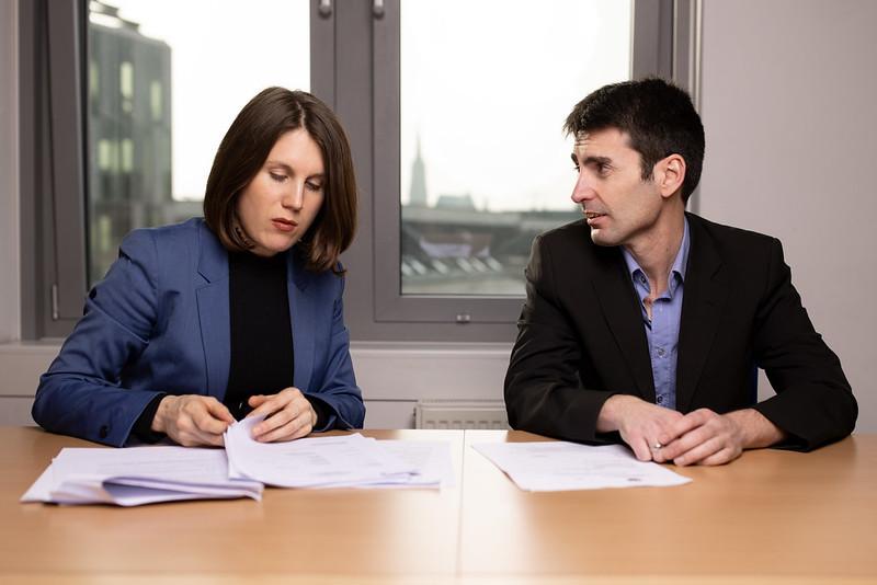 Mex und Michaela lesen Akten