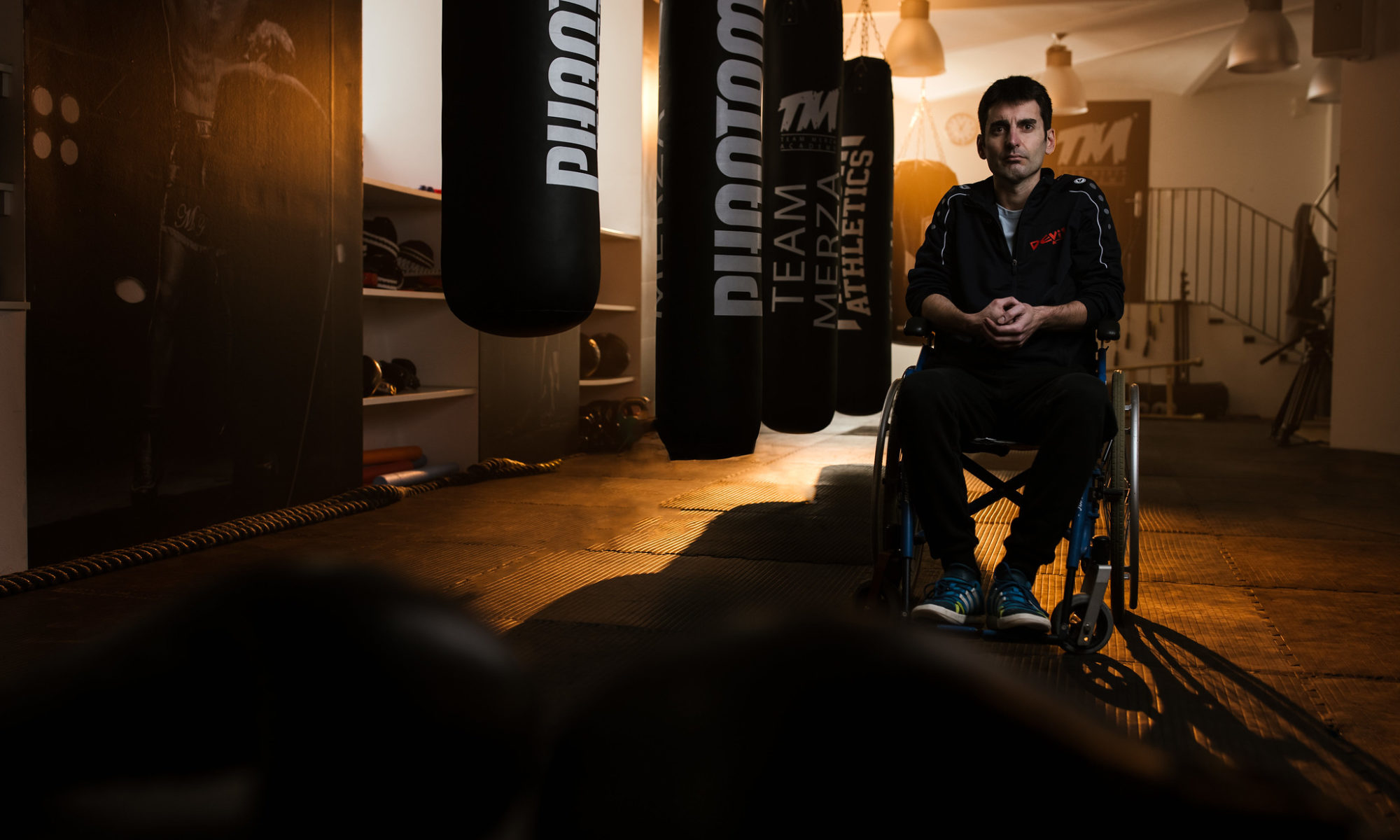 Mex im Rollstuhl in der Box-Trainingshalle